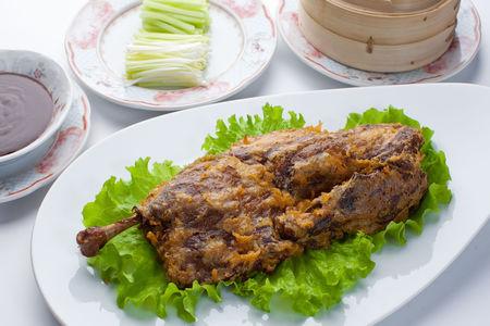 Хрустящая маринованная утка с домашним утиным соусом и блинчиками (на две персоны)