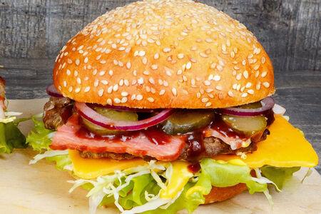 Бургер с беконом и котлетой из говядины