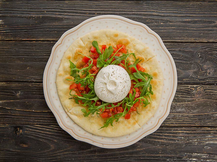 Буратта с томатной сальсой и теплой фокаччей