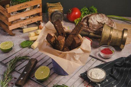 Гренки из бородинского хлеба с чесночным соусом