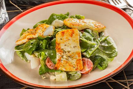 Салат с печеным сыром Халлуми