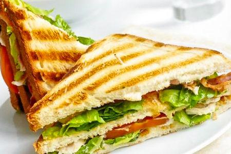 Горячий сэндвич с индейкой и микс-салатом