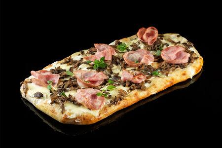 Римская пицца с вешенками и ветчиной