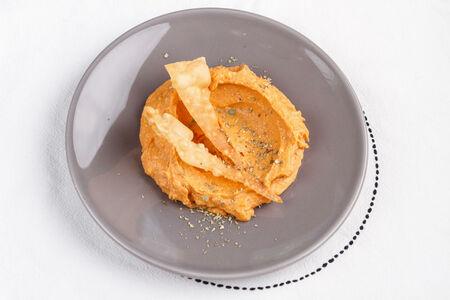 Густой хуммус из батата с кедровыми орешками и печеным чесноком