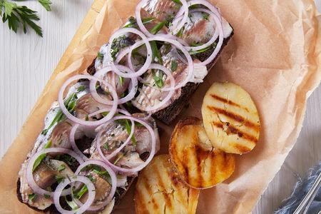Сельдь на ржаной гренке с картофелем
