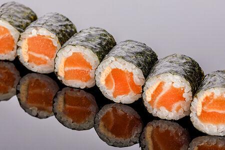 Ролл с лососем в остром соусе