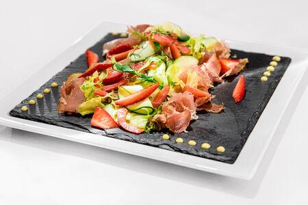 Салат с пармой и клубникой