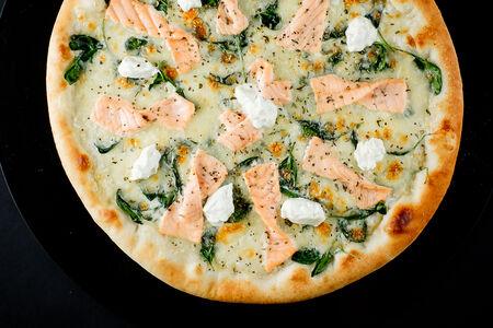 Пицца с лососем, шпинатом и крем-сыром