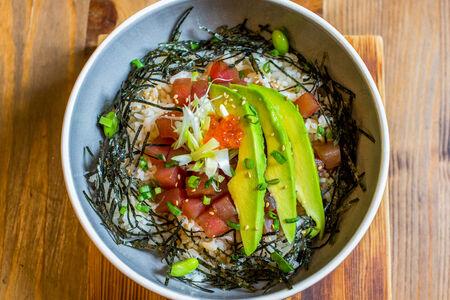 Донбури с тунцом и авокадо