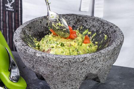 Гуакамоле с кукурузными чипсами и сальсой