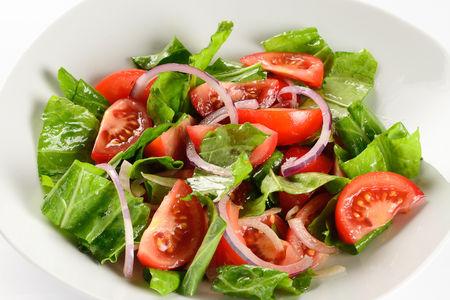 Салат из спелых томатов со щавелем