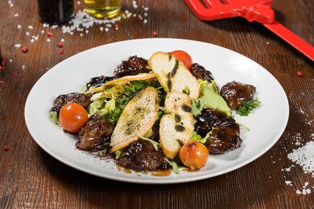Салат теплый с глазированной куриной печенью