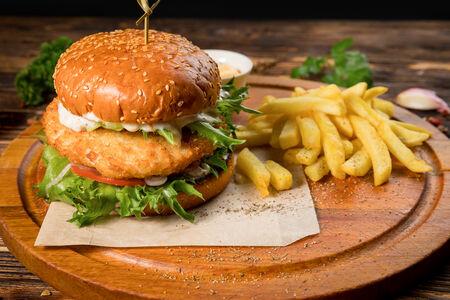 Бургер с курицей и картофелем фри