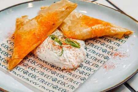 Пирожки с сыром фета и соусом дзадзики