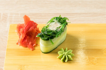 Каппа-суши с водорослями чука