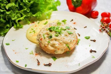 Куриная котлета с картофельным пюре под сливочно-грибным соусом