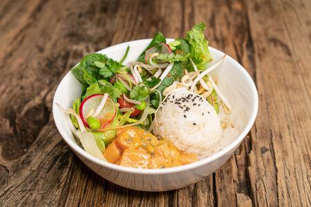 Салат Поке с лососем и маракуйей