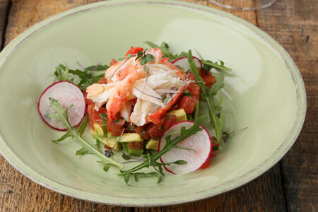 Салат с мясом краба и авокадо
