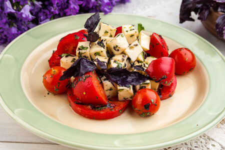 Салат из помидоров с домашним сыром