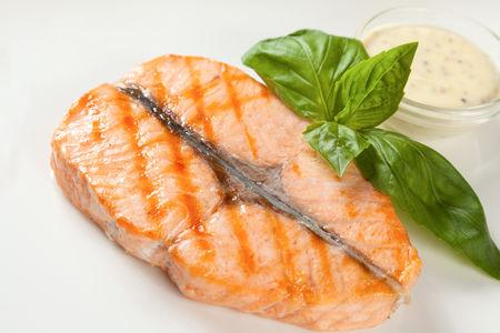 Стейк из лосося со сливочно-горчичным соусом