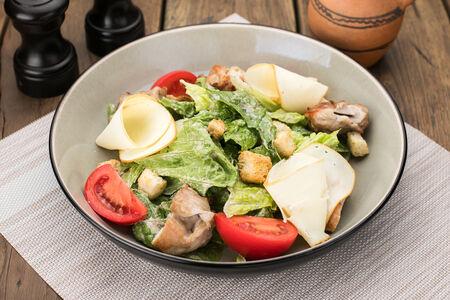 Салат с копченым сыром и курицей