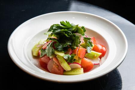 Салат из свежих овощей и зелени с заправкой на выбор