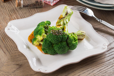 Брокколи с кунжутным соусом