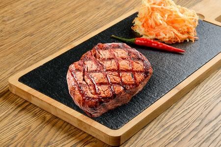Медальон из говядины с овощным тартаром на углях