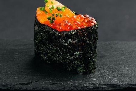 Гункан с лососем и красной икрой
