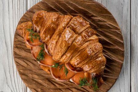 Круассан с лососем и творожным кремом