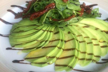 Салат Авокадо и руккола