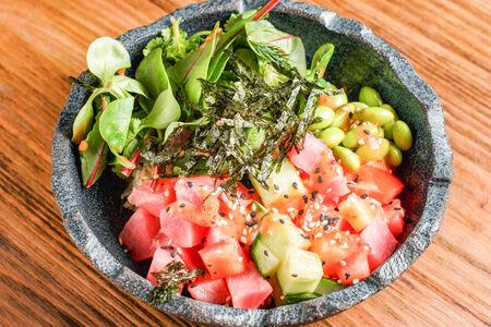 Поке свежий тунец с томатами