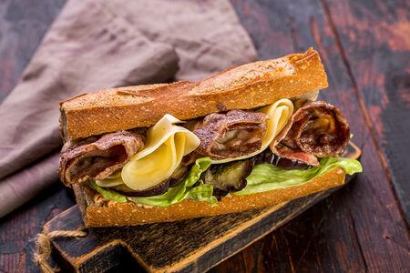 Французский сэндвич-багет с говядиной