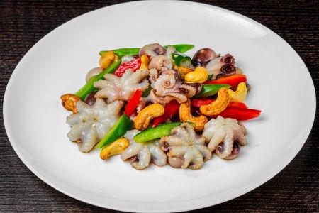 Салат с осьминогами и индийскими орехами
