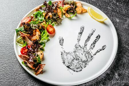 Салат с морепродуктами в медово-горчичном соусе