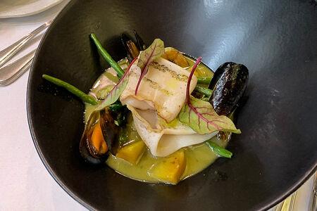 Морепродукты с овощами в зеленом карри