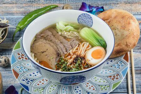 Суп с вытянутой лапшой Лаомянь и бульоном Ланьчжоу
