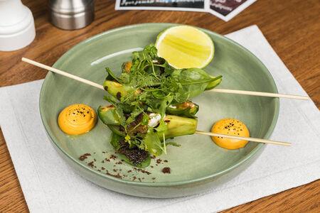 Авокадо на гриле с щучьей икрой