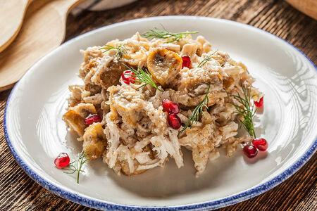 Теплый салат с куриной грудкой, шампиньонами и грецкими орехами