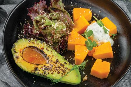 Салат с бататом, авокадо на гриле с соусом харисса