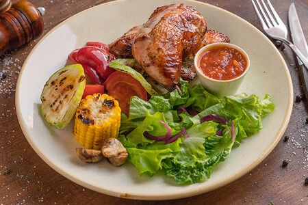 Половина цыпленка с овощами гриль и  домашней аджикой
