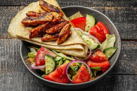 Салат с куриной грудкой гриль