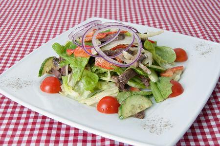 Овощной салат с мясом и грибами