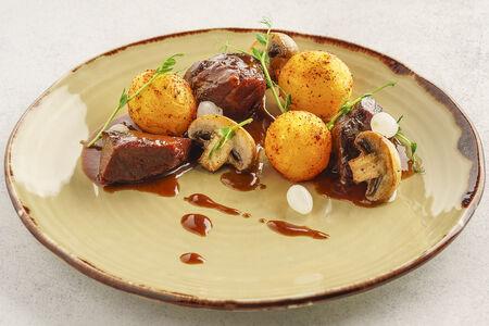Говяжьи щечки в пивном соусе с картофелем и грибами
