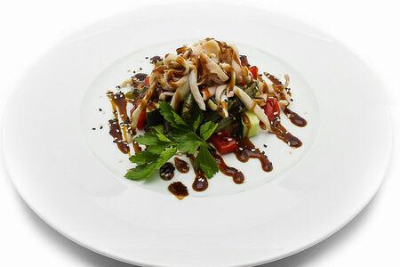 Салат из кальмаров под соусом унаги