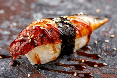 Нигири суши с угрем