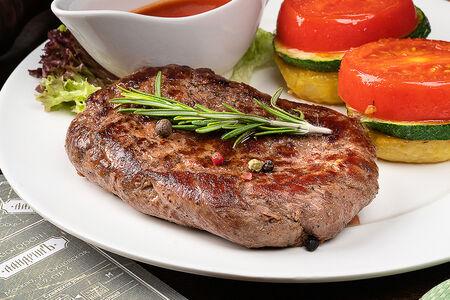 Перечный стейк из говяжьей вырезки с печёным картофелем и овощами