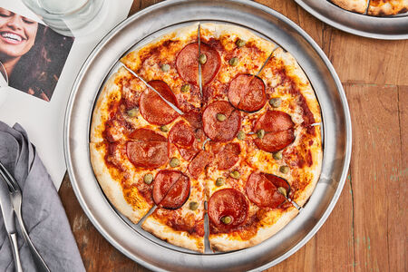 Пицца с пепперони и каперсами