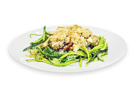 Салат с угрём, чукой и фунчозой