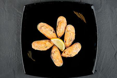 Мидии запеченные со спайси соусом